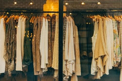 Rayonnage de vêtements de mode.